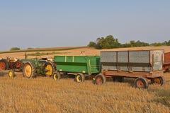 Трактор John Deere вытягивая фуры зерна Стоковое Изображение RF