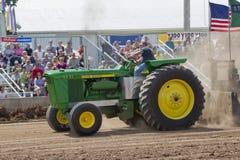 Трактор John Deere 6030 вытягивая взгляд со стороны Стоковая Фотография