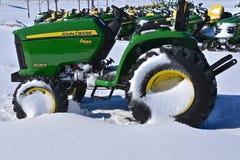 Трактор John Deere 3025E покрытый снегом Стоковые Изображения RF