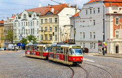 Трамваи T3 Tatra на Pohorelec останавливают в районе Hradcany Праги Сеть трамвая Праги состоит из 142 km следа Стоковое фото RF