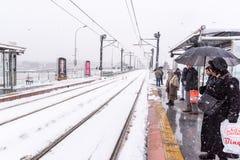 Трамвайная линия людей ждать на стопе поезда на karakoy Стоковое Изображение RF