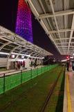 Трамвайная остановка ночи в городе Гуанчжоу стоковое изображение