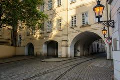 Трамвайные линии проходя под здания в Праге, чехии Стоковое фото RF