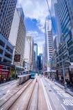 Трамвайные линии Гонконга, трамваи ` s Гонконга бегут в 2 направлениях -- пассажиры востока и западных полагаются назад как трамв стоковые фото