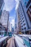 Трамвайные линии Гонконга, трамваи ` s Гонконга бегут в 2 направлениях -- пассажиры востока и западных полагаются назад как трамв стоковые изображения rf