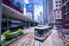 Трамвайные линии Гонконга, трамваи ` s Гонконга бегут в 2 направлениях -- пассажиры востока и западных полагаются назад как трамв стоковое фото
