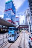 Трамвайные линии Гонконга, трамваи ` s Гонконга бегут в 2 направлениях -- пассажиры востока и западных полагаются назад как трамв стоковые изображения