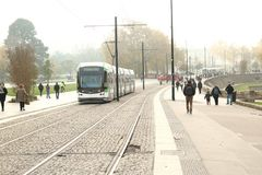Трамвай в Нанте, Стране Луары, Франции на холодный туманный день Стоковое Изображение RF