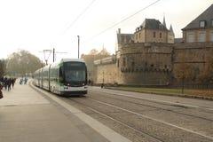 Трамвай в Нанте, Стране Луары, Франции на холодный туманный день Стоковая Фотография