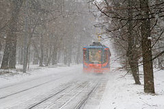 Трамвай 71-623-02 в снежностях в Москве Стоковые Изображения RF