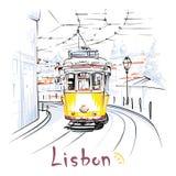 Трамвай желтого цвета 28 в Alfama, Лиссабоне, Португалии Стоковые Изображения