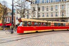 Трамвай и голландские традиционные дома на предпосылке в Гааге Стоковое Изображение