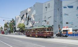 Трамвай круга города проходя квадрат федерации, Мельбурн Стоковое Фото