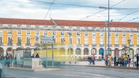 Трамвай Лиссабона старый на пути к квадрату коммерции в старом timelapse городка видеоматериал
