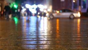 Трамвай людей дождя города видеоматериал