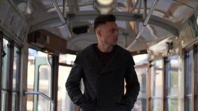 Трамвай молодого человека входя в или старый автобус в городе видеоматериал
