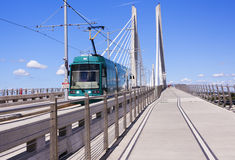 Трамвай на скрещивании Tilikum в Портленде стоковое изображение rf