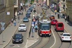 Трамвай на трамвайной остановке на улице Husova Чешская республика brno Стоковые Фотографии RF