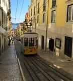 Трамвай на улицах Лиссабона Португалии стоковые фото