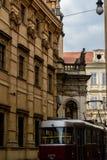 Трамвай на церков St Salvator, Праге - чехии стоковые фотографии rf