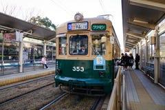Трамвай останавливая на станции в Хиросиме, Японии Стоковые Фотографии RF