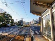 Трамвай приходя к станции в Хиросиме, Японии Стоковые Изображения RF