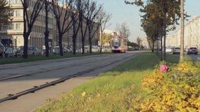 Трамвай проходит оживленную улицу видеоматериал