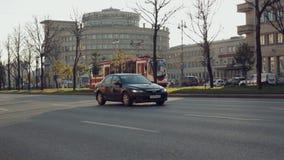 Трамвай проходит оживленную улицу сток-видео