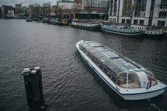 Трамвай реки Амстердама с туристским осмотром достопримечательностей стоковые фото