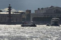 Трамвай реки при туристы держа зонтики в дожде Стоковые Фото