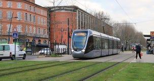 Трамвай уходит от стопа в Тулуза сток-видео