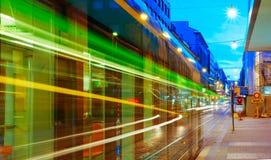 Трамвай уходит от стопа на улице Стоковые Изображения RF