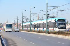 Трамвай, шина и автомобиль на солнечном летнем дне стоковые фотографии rf
