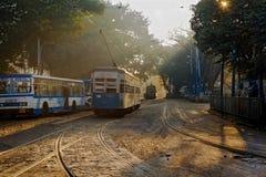 Трамвай Kolkata стоя на следах около депо трамвайной линии на сумке BBD на туманном утре зимы Стоковая Фотография RF