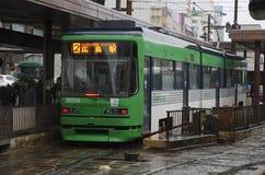 Трамвай ` s Хиросимы в дожде, Японии Стоковые Фото