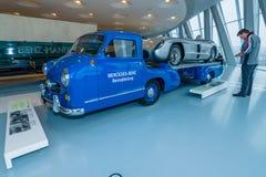 Транспортер гоночного автомобиля и Мерседес-Benz автомобиля спорт гонок 300 SLR Стоковые Изображения RF