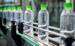 Транспортер с бутылками с водой Стоковое Изображение