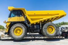 Транспортировать большой полный грузовик стоковые изображения rf