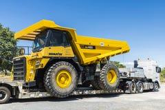 Транспортировать большой полный грузовик стоковая фотография