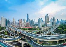 Транспортная развязка повышенная городом на сумраке Стоковое Изображение