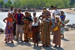 Транспортное судно малагасийской женщины ждать, любопытное, Мадагаскар Стоковое Фото