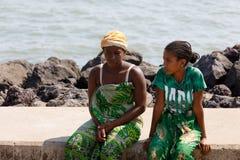 Транспортное судно малагасийской женщины ждать, любопытное, Мадагаскар Стоковое фото RF