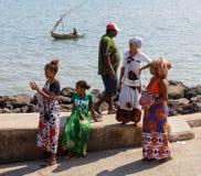 Транспортное судно малагасийской женщины ждать, любопытное, Мадагаскар Стоковые Изображения