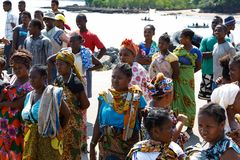 Транспортное судно малагасийской женщины ждать, любопытное, Мадагаскар Стоковое Изображение