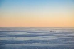 Транспортное судно на заходе солнца Стоковое Изображение RF