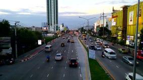 Транспортный поток Бангкока во времени вечера на дороге Srinakarin видеоматериал