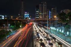 Транспорт в толпить городе на ноче Стоковое фото RF