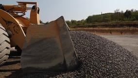 Транспорт гравия Трактор комплектует вверх гравий промышленно сток-видео
