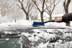 Транспорт, зима и концепция корабля - укомплектуйте личным составом снег чистки от автомобиля с щеткой Стоковое фото RF
