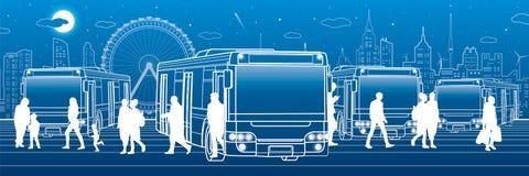 Транспорт панорамный Пассажиры входят в и выходят к шине Люди на станции Транспортная инфраструктура городка Город a ночи Стоковые Фото